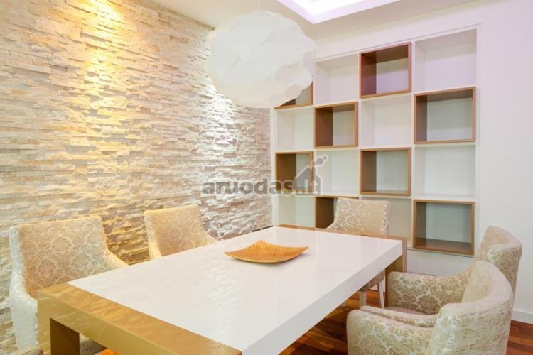 Balta, grublėta siena baltame kambario interjere