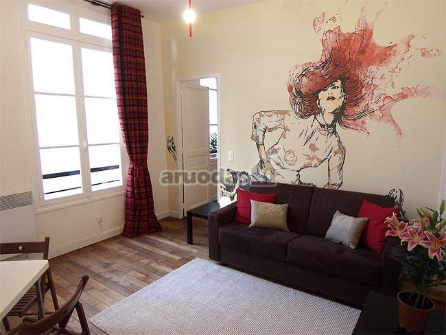 Balta siena dekoruota moters atvaizdu
