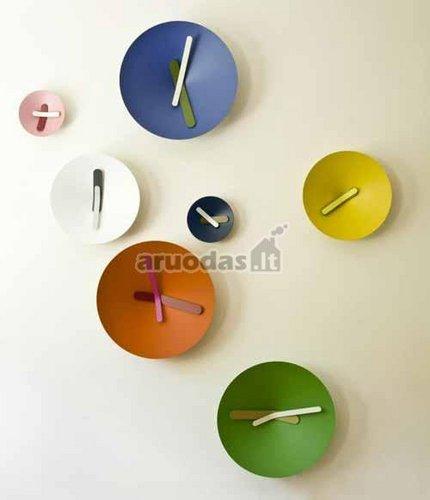 Spalvingais laikrodžiais dekoruota siena