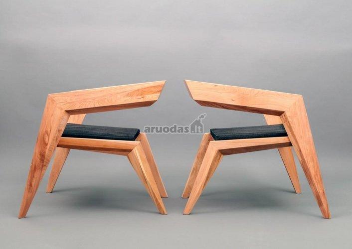 Neįprasto dizaino natūralaus medžio kėdės