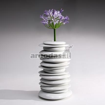 Balta iš akmenėlių sudėta vaza