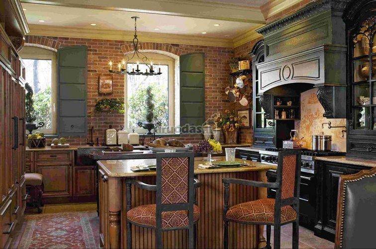 Rudų plytelių siena virtuvėje