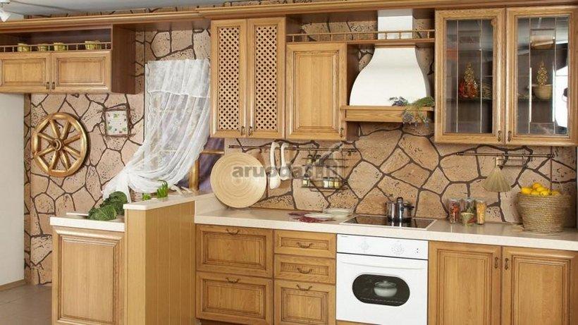 Suskilusios sienos akcentas virtuvės interjere