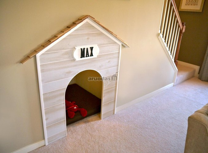 šuns namelis, paslėptas laiptuose