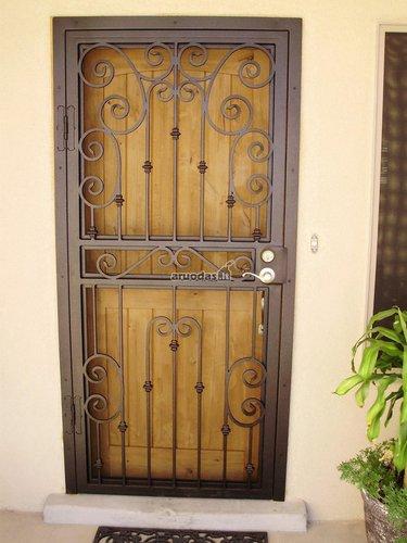 Medinės durys su metaliniais raštais