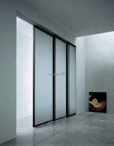 Stumdomos durys per visą sieną