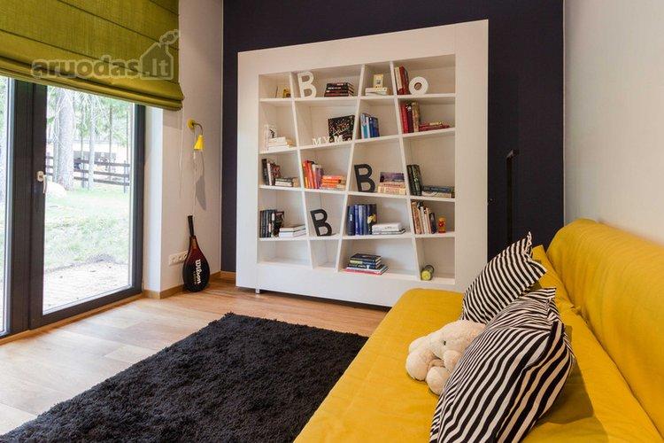 Orifinalaus dizaino, balta svetainės spinta