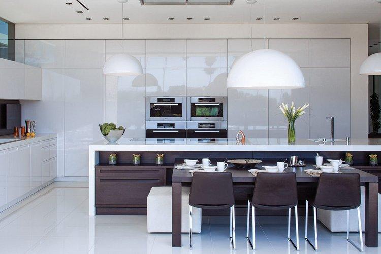 Balta virtuvė su rudomis spintelėmis