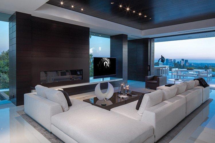 Erdvi, kampinė, balta sofa poilsio erdvėje