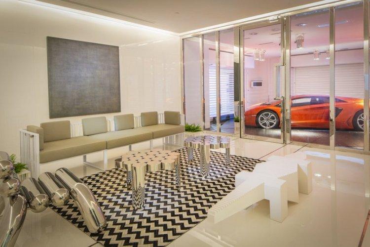 Moderni poilsio zona su vaizdu į automobilio aištelę