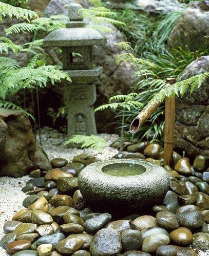 šaltinėlis iš bambuko ir akmens