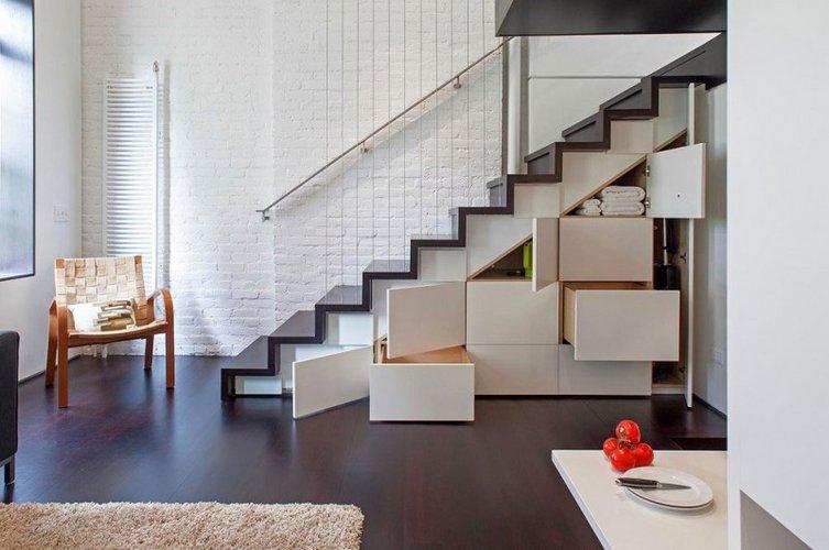 Išnaudojama erdvė po laiptais