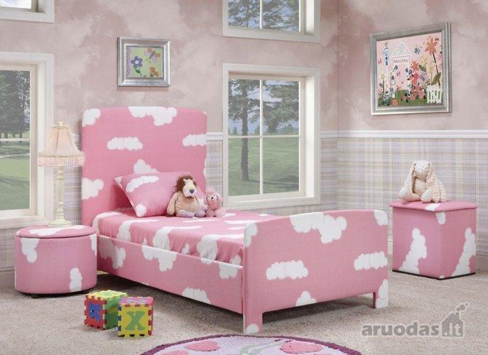 Dėmėtai rožinis mergaitės kambarys