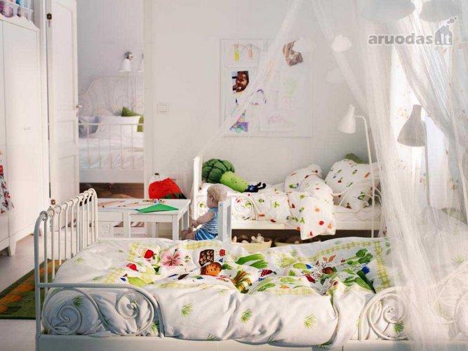 Baltas vaikų kambario interjeras