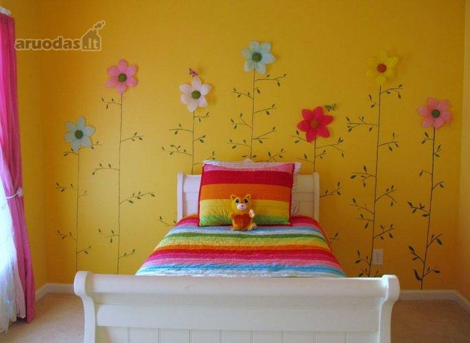 Gltonas, gėlėmis dekoruotas mergaitės kambario interjeras