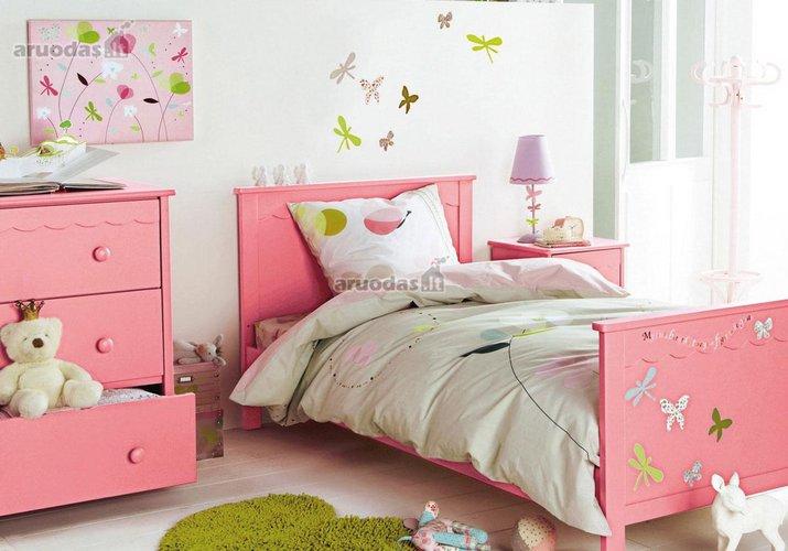 Rožinis akcentas kambario interjere