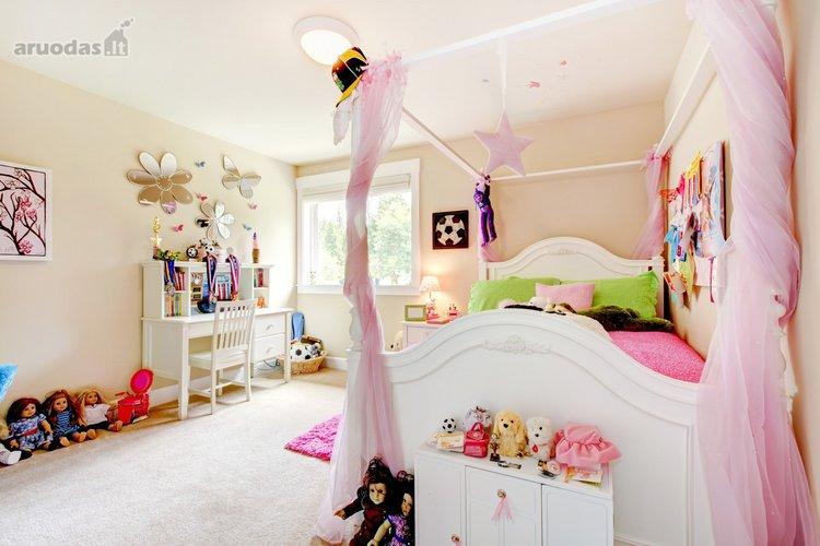 žaismingas ir šviesus mergaitės kambarys