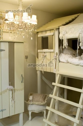 Baltas mergaitės kambarys
