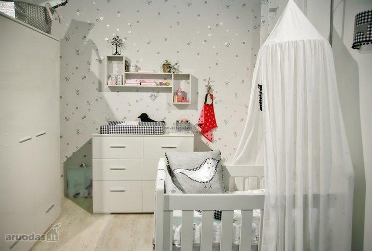 Visiškai baltas kūdikio kambarys