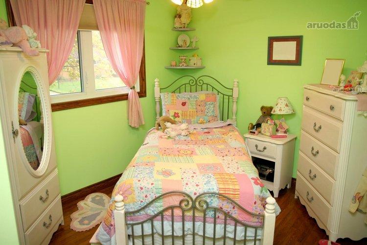 šiltas spalvų derinys mergaitės kambaryje