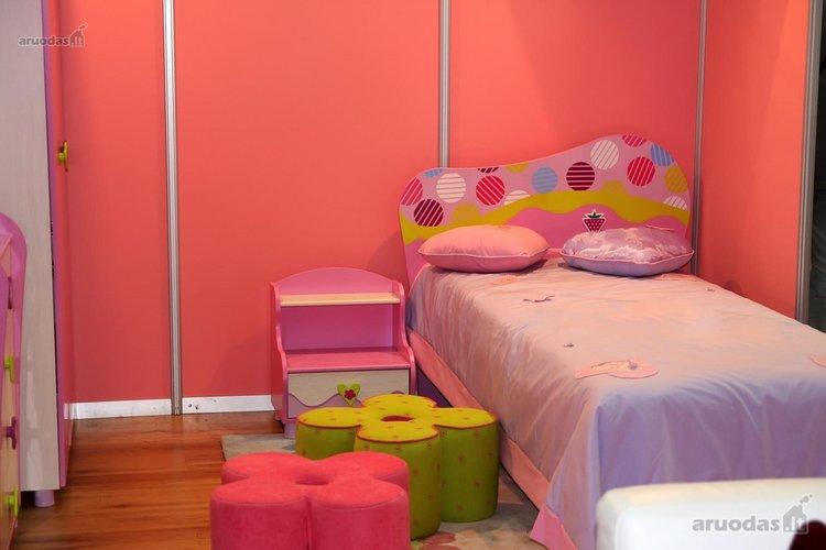 Rožinė mergaitės kambaryje