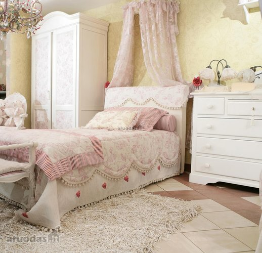 šviesių spalvų mažosios princesės kambarys