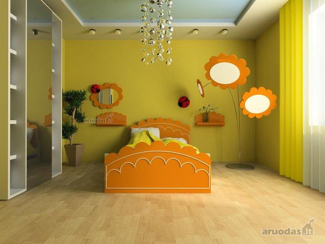 Orandžinės gėlės mergaitės kambario interjere