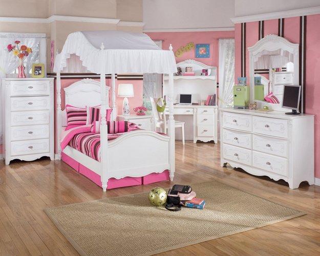 Balta - rožinė mergaitės kambario interjere
