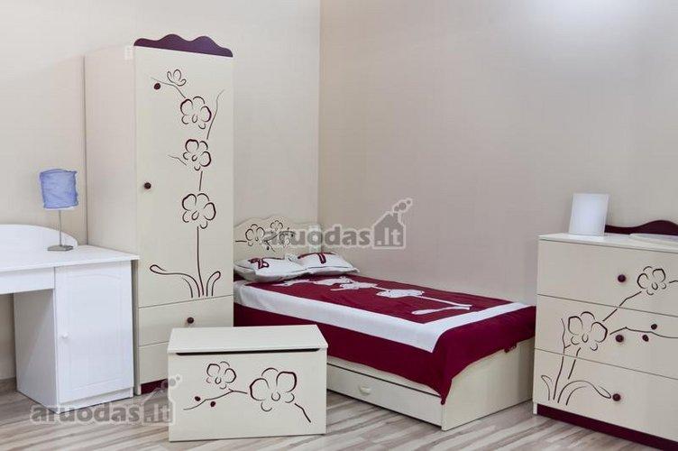 Gėlių raštais dekoruotas paauglės kambarys