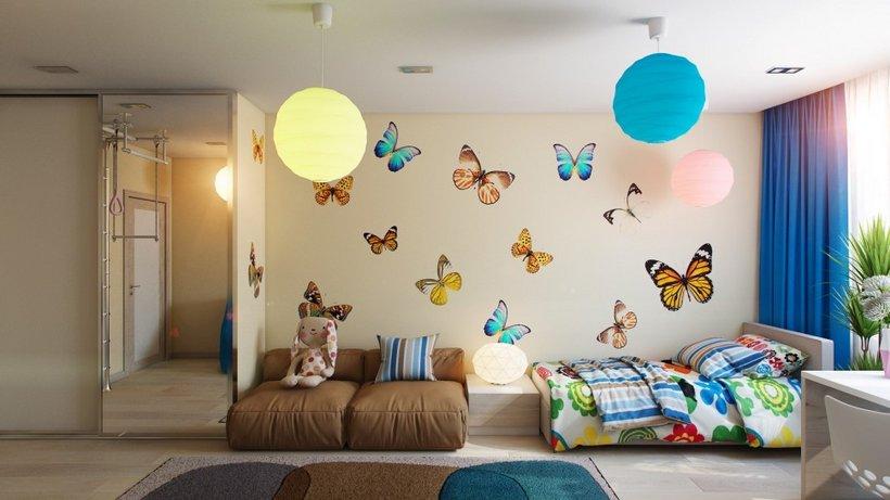 Drugelių dekoracijos jaunuolės kambaryje