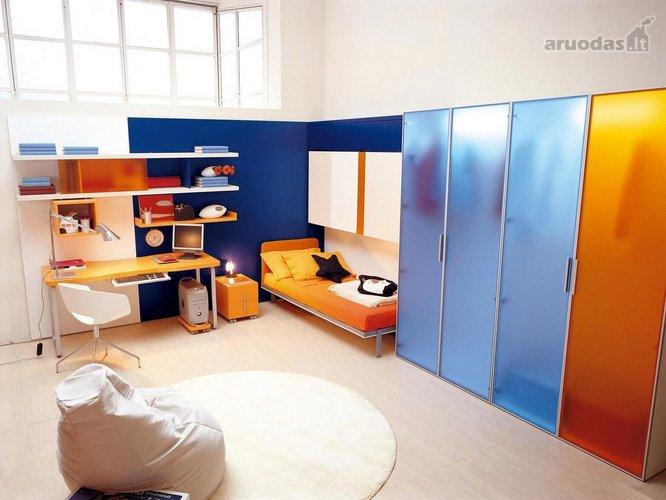 Ryškių spalvų jaunuolio kambarys