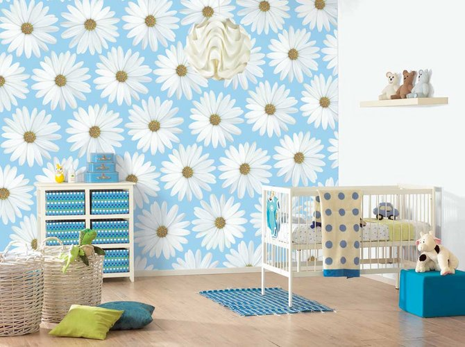 Ramunėmis dekoruota kūdikio kambario siena