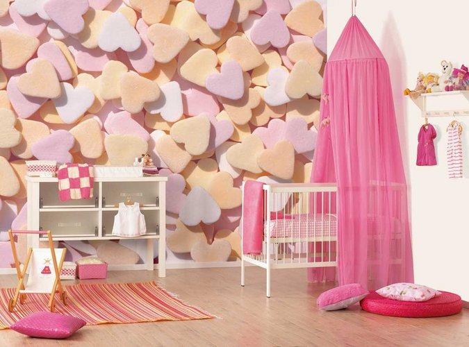 Minkštomis širdelėmis dekoruotas mažylės kambarys
