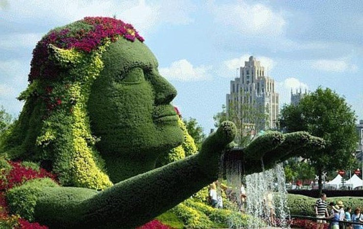 Gėlėmis apsodinta moters statula