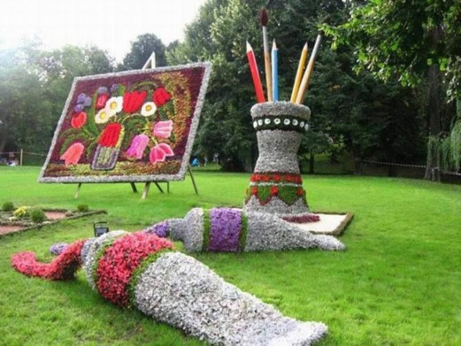 """Gėlėmis dekoruota """"piešimo aikštelė"""""""