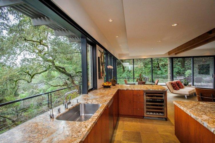 Iš virtuvės atsiveriantis gamtos vaizdas