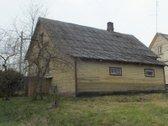 Namas yra Krekenavos miestelio centre,