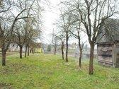Sode stovi medinis namas, galima