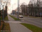 Pastatas yra pagrindinėje gatvėje, šalia