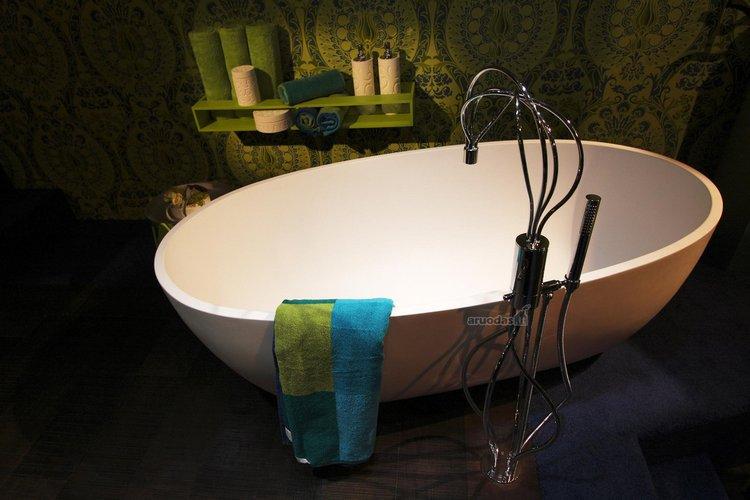 Nedidelis, originalaus dizaino vonios kambarys