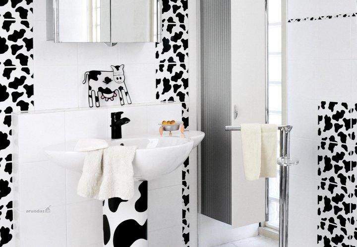 Margos karvutės motyvais dekoruotas vonios kambarys