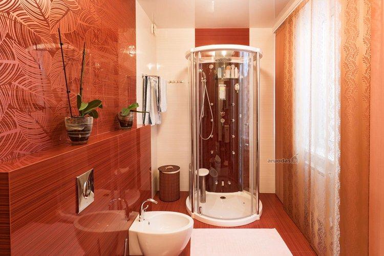Ryškus, rudų atspalvių vonios kambarys