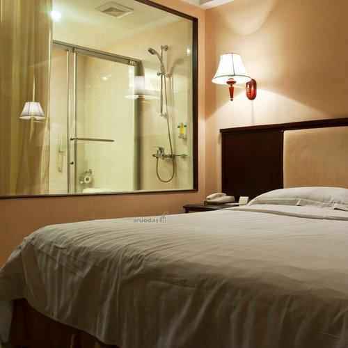 Vonios kambarys pro miegamojo langą