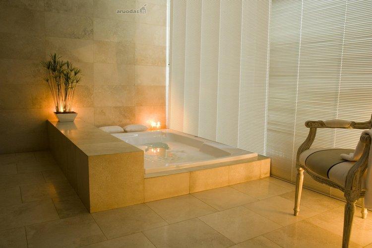 Vonios kambarys su erdvia keturkampe vonia