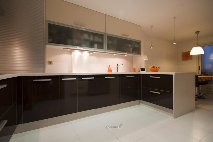 Juodos virtuvinės spintelės
