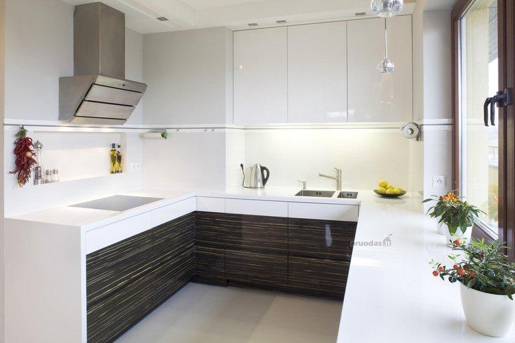 Balta virtuvės erdvė