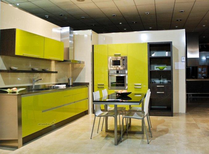 Geltona spalva virtuvės interjere