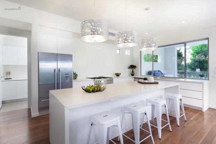 Balta ir metalas virtuvėje