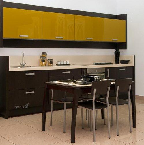 Juodi valgomojo baldai suderinti su virtuve