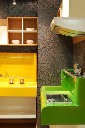 Geltona ir žalia virtuvės interjere
